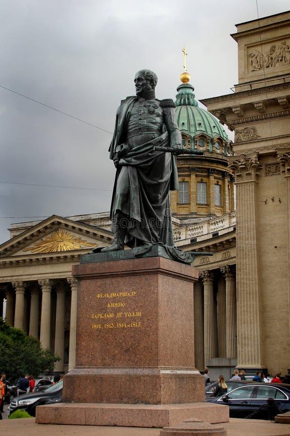 Monument till Barclay De Tolly mot bakgrunden av den Kazan domkyrkan fotografering för bildbyråer