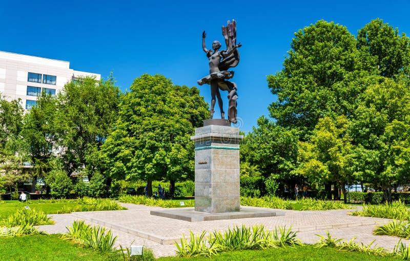 Monument till Bubusara Beyshenalieva, den första stora kirgiziska ballerina Bishkek Kirgizistan royaltyfri foto
