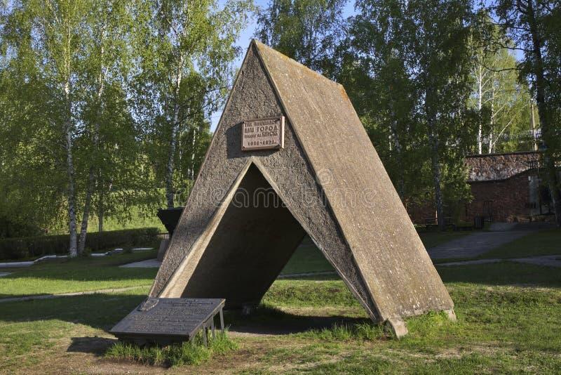 Monument till byggmästarna av staden i Divnogorsk Krasnoyarsk krai Ryssland royaltyfri foto
