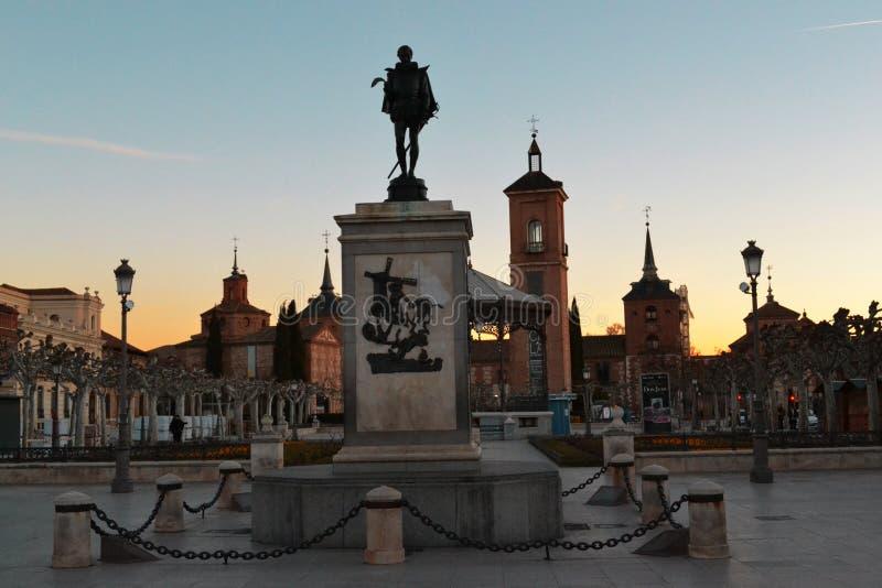 Monument till Cervantes på bakgrunden av härliga byggnader royaltyfri bild