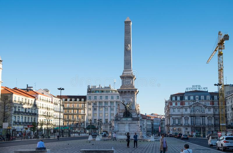 Monument till de portugisiska restauratorerna (: Monumento aos Restauradores) på den Restauradores fyrkanten i Lissabon, Portugal royaltyfri bild