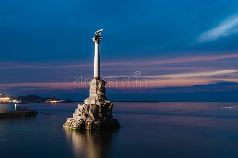 Monument till de rusade krigsskeppen i Sevastopol på natten, Krim arkivfoton