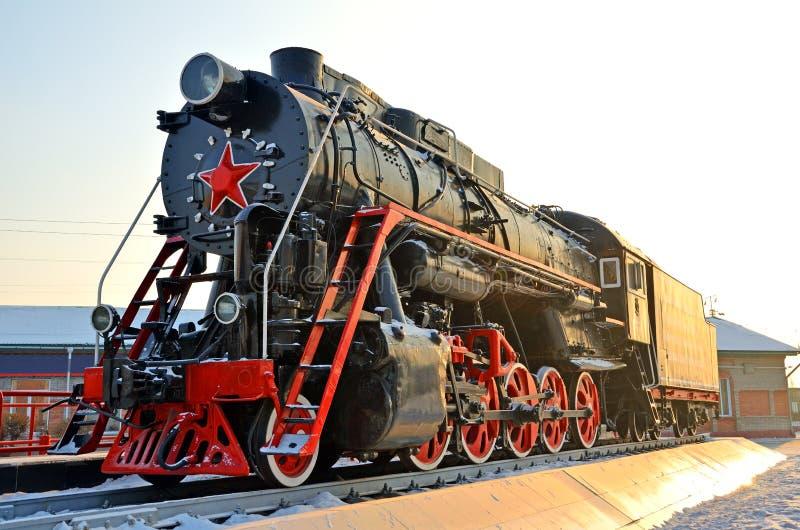 Monument till den gamla ångalokomotivet Sådana ångalokomotiv användes i första halvlek av det 20th århundradet, i Sovjetunionenet fotografering för bildbyråer