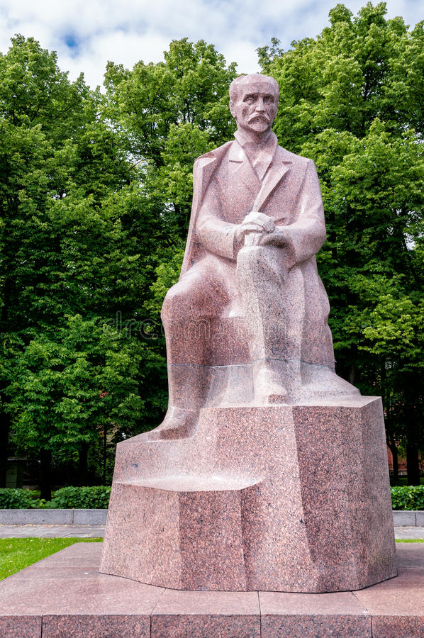 Monument till den nationella poeten Rainis, Riga, Lettland royaltyfri fotografi
