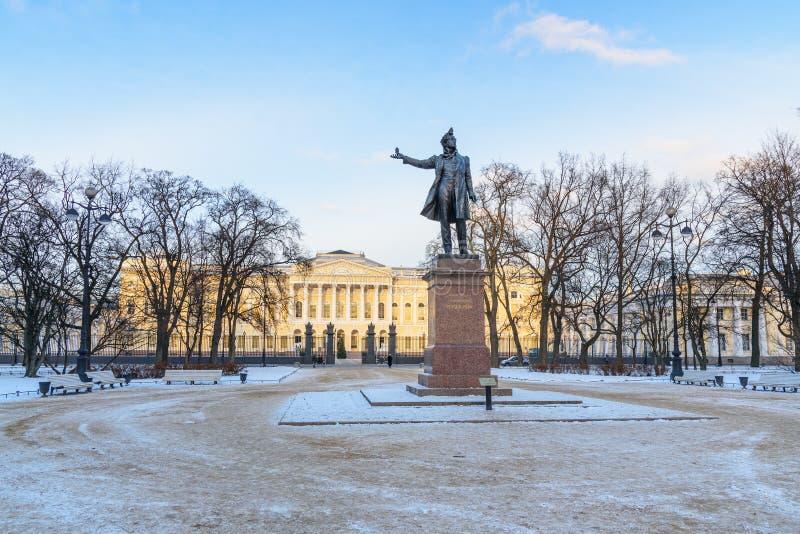 Monument till den ryska poeten Alexander Pushkin på fyrkantigt framme av det ryska museet i St Petersburg, Ryssland royaltyfri foto
