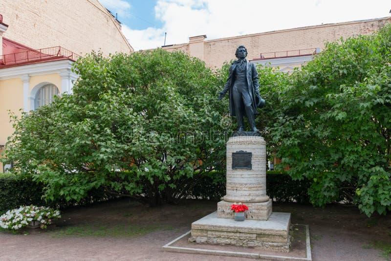 Monument till den ryska poeten Alexander Pushkin på hans lägenhet-museum på den Moika invallningen royaltyfri fotografi