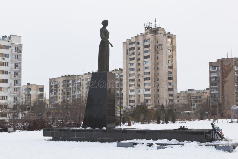 Monument till den sorgsna modern i den minnes- komplexa `-Krasnaya Gorka `en i Evpatoria, Krim arkivbild