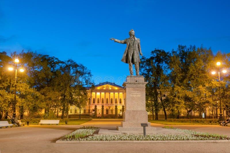Monument till den stora ryska poeten Alexander Pushkin på Ploshcha arkivfoto