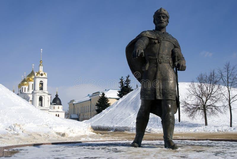 Monument till den Yuri Dolgoruky och antagandedomkyrkan Kreml i Dmitrov, forntida stad i Moskvaregion fotografering för bildbyråer