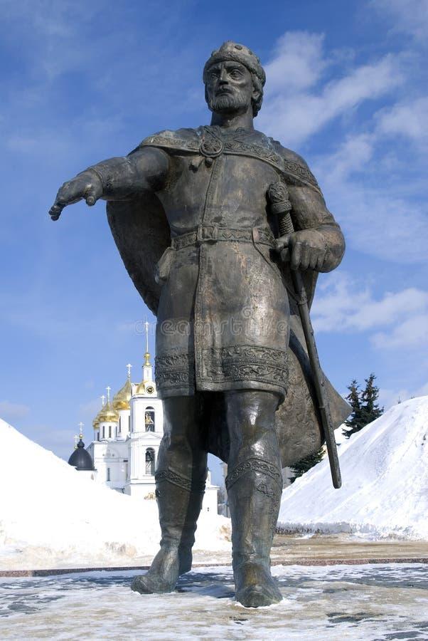 Monument till den Yuri Dolgoruky och antagandedomkyrkan Kreml i Dmitrov, forntida stad i Moskvaregion royaltyfria foton