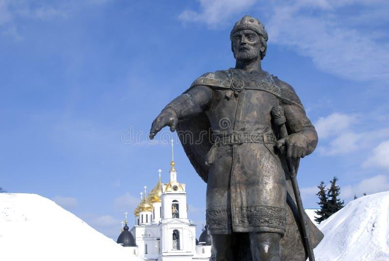 Monument till den Yuri Dolgoruky och antagandedomkyrkan Kreml i Dmitrov, forntida stad i Moskvaregion royaltyfri fotografi