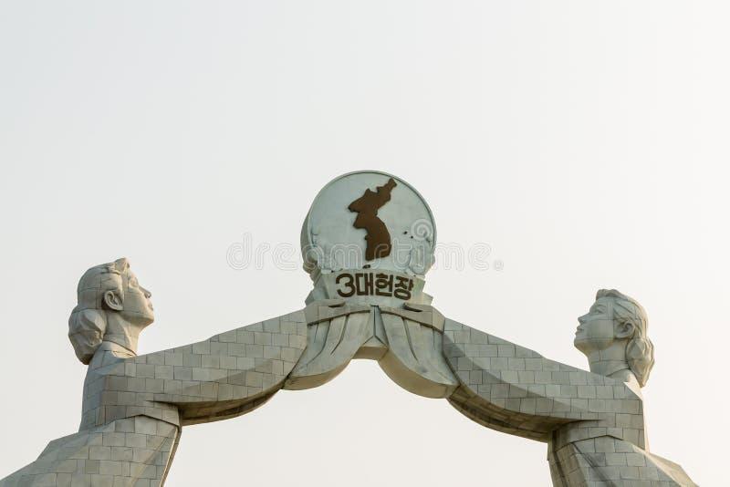 Monument till denpunkt chartern för nationell återförening, Pyongyang Nordkorea royaltyfri bild