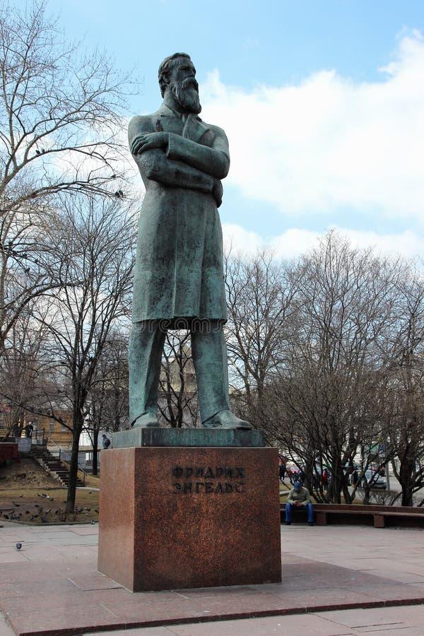 Monument till Friedrich Engels i mitten av Moskva fotografering för bildbyråer