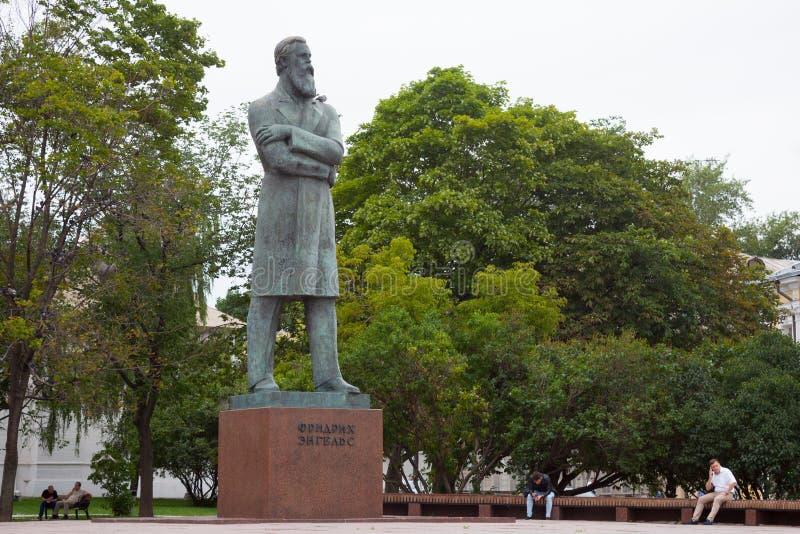 Monument till Friedrich Engels i Prechistenskie Vorota fyrkant 23 royaltyfri bild