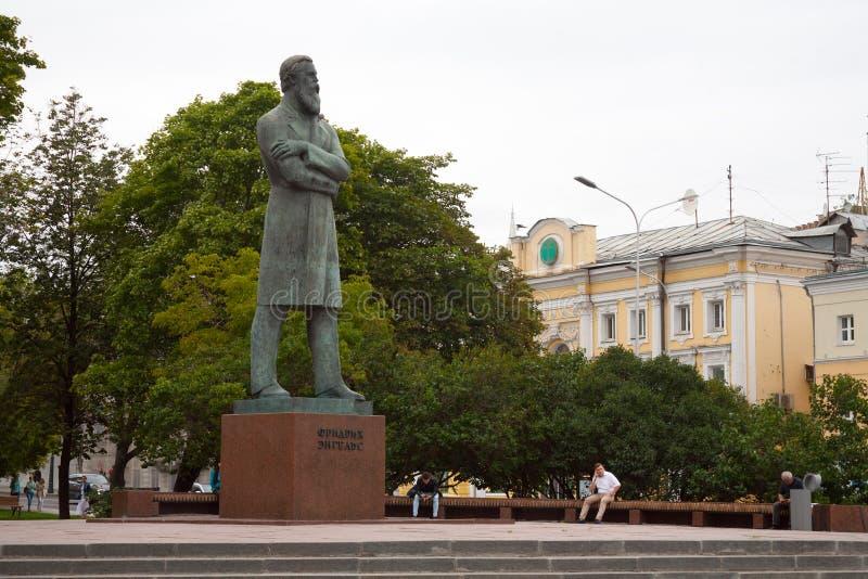 Monument till Friedrich Engels mot Prechistenka gata 23 07 2 royaltyfri fotografi