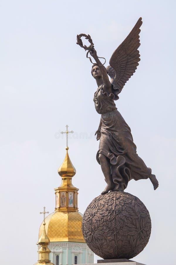 Monument till gudinnan Nike på sfär mot kupoler av kyrkan arkivbild