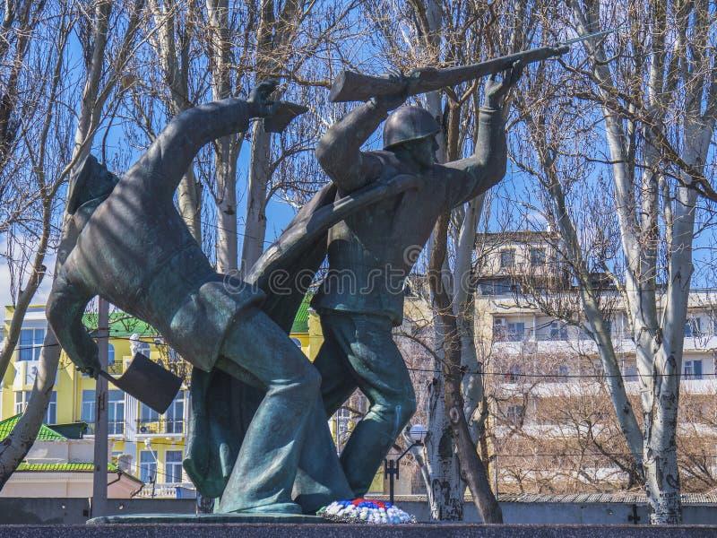 Monument till hjältar i parkera i Feodosia arkivbilder