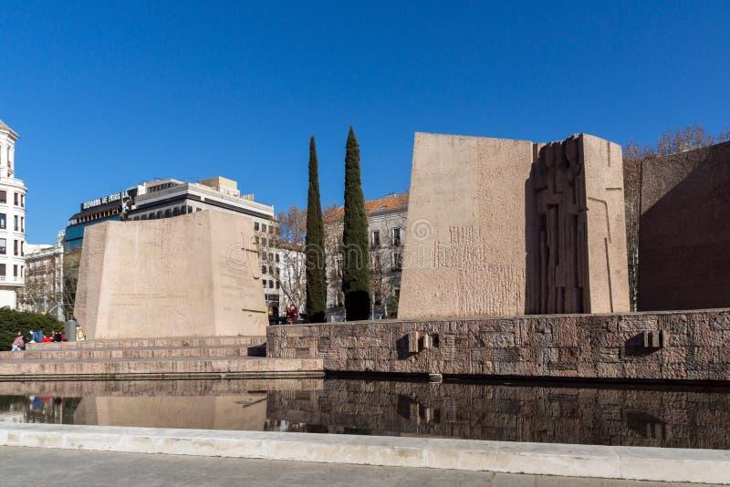 Monument till Jorge Juan och Santacilia på Plaza de Kolon i stad av Madrid, Spanien royaltyfri bild