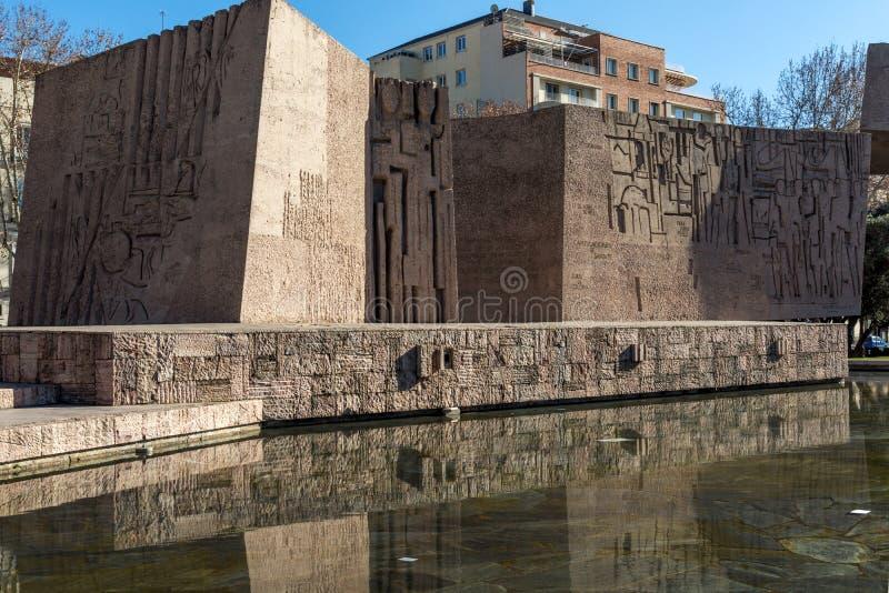 Monument till Jorge Juan och Santacilia på Plaza de Kolon i stad av Madrid, Spanien royaltyfria bilder