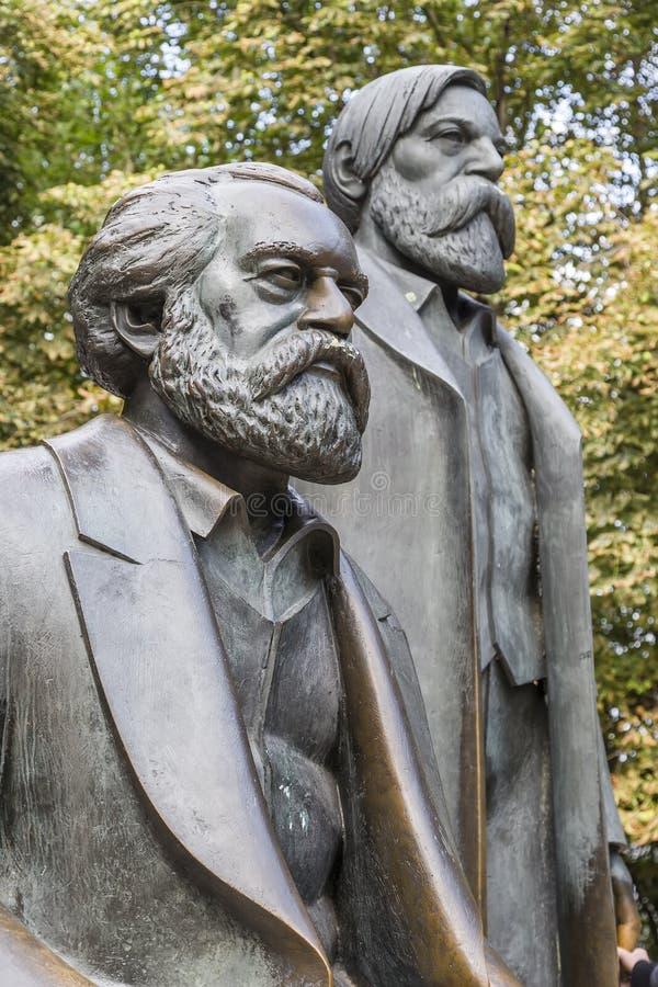 Monument till Karl Marx och Friedrich Engels arkivfoto