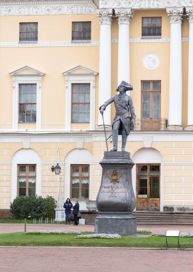 Monument till kejsaren Paul I framme av den Pavlovsk slotten i St Petersburg, Ryssland royaltyfria bilder