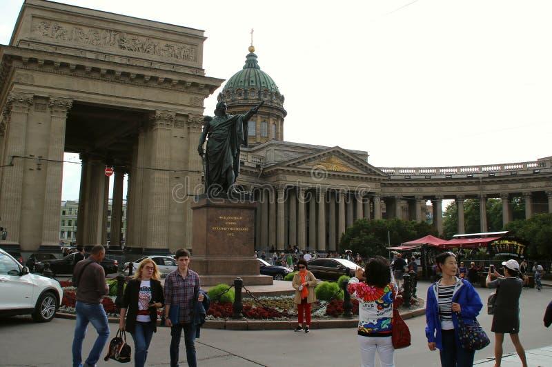 Monument till Kutuzov p? bakgrunden av den Kazan domkyrkan royaltyfri bild