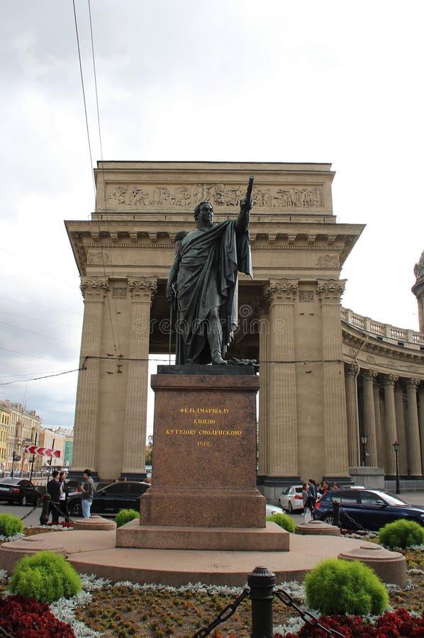 Monument till Kutuzov p? bakgrunden av den Kazan domkyrkan arkivbild