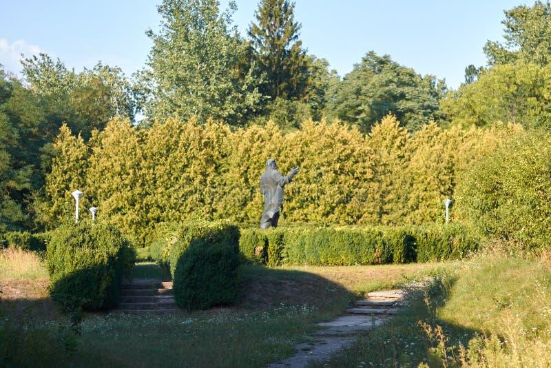 Monument till Lev Platonovich Simirenko i byn av Mlyev arkivfoto