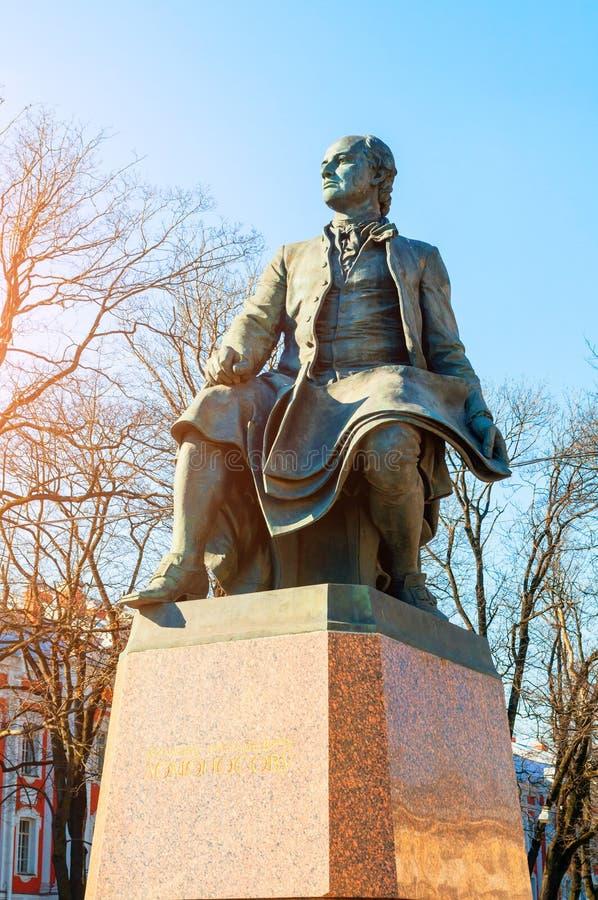 Monument till Mikhail Lomonosov - berömd rysk forskare, naturalist, poet nära den St Petersburg delstatsuniversitetet arkivfoton