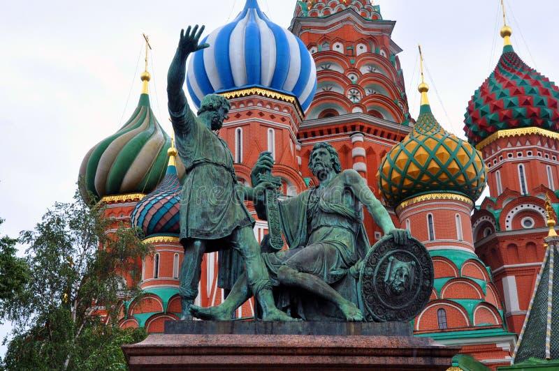 Monument till Minin och Pozharsky på röd fyrkant i Moskva mot gröna träd och väggar av helgonet Basil Cathedral royaltyfri fotografi