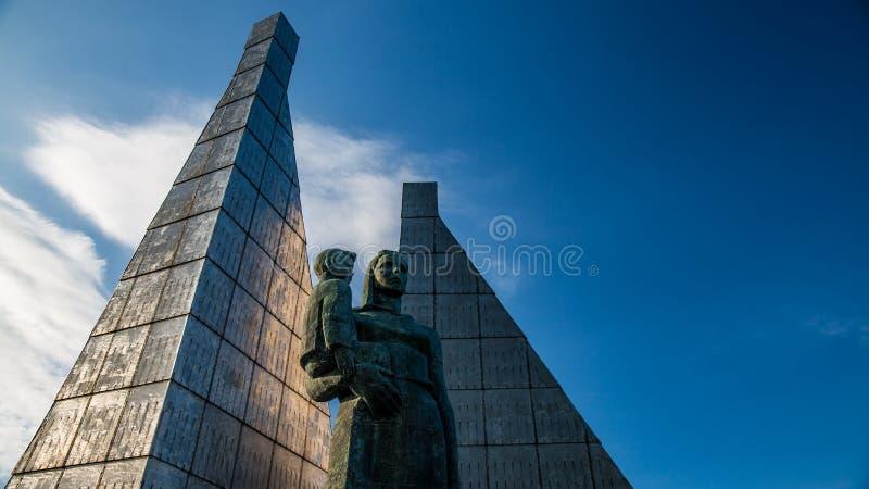 Monument till modern med barnet mot den blåa himlen royaltyfri fotografi