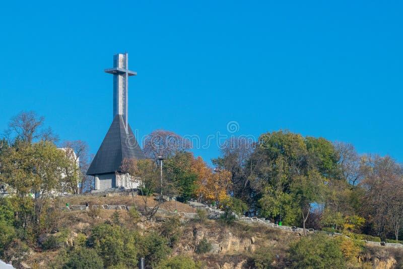 Monument till nationella hjältar i formen av ett kors på den Cetatuia kullen som förbiser Cluj-Napoca, Rumänien royaltyfri foto