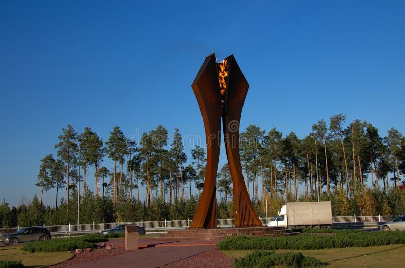 Monument till oljahjältarna av deltagarna av utvecklingen av västra Sibirien arkivbilder