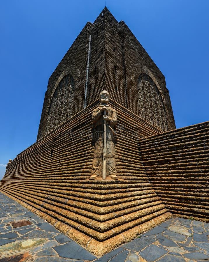 Monument till Piet Retief på den Voortrekker monumentet arkivbilder