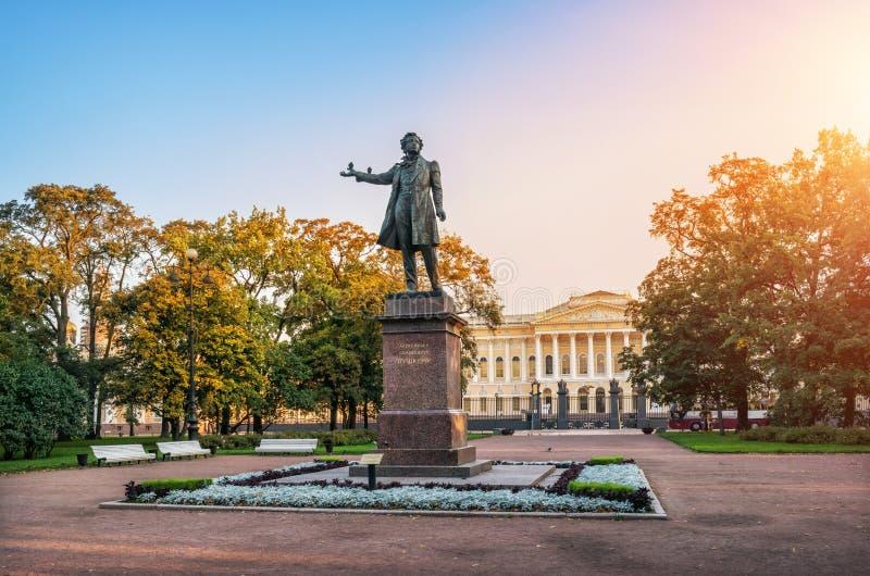 Monument till Pushkin och duvor royaltyfri foto