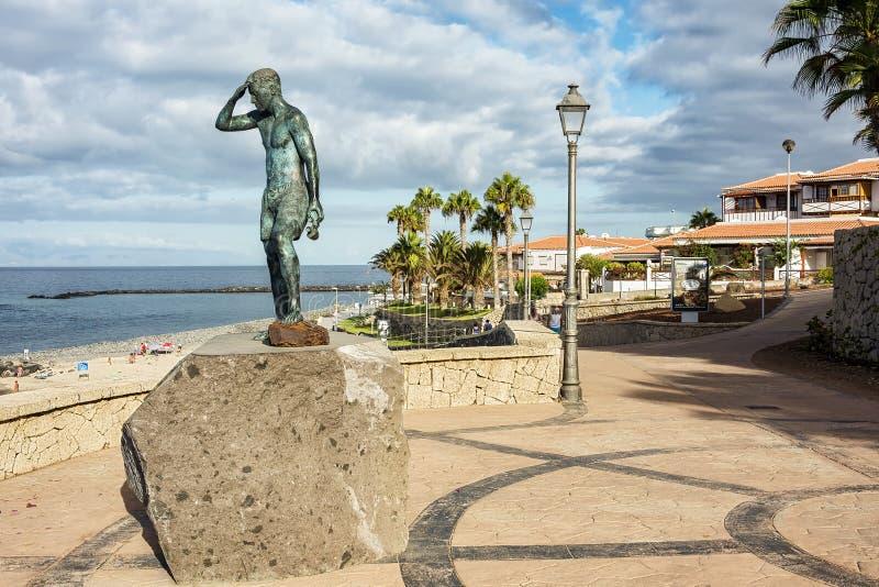Monument till räddaren nära stranden av El Duque på ön arkivfoto