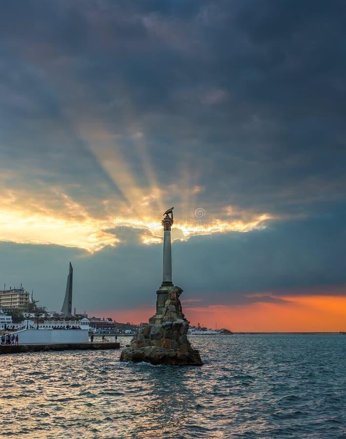 Monument till rusade krigsskepp i Sevastopol på solnedgången royaltyfri foto
