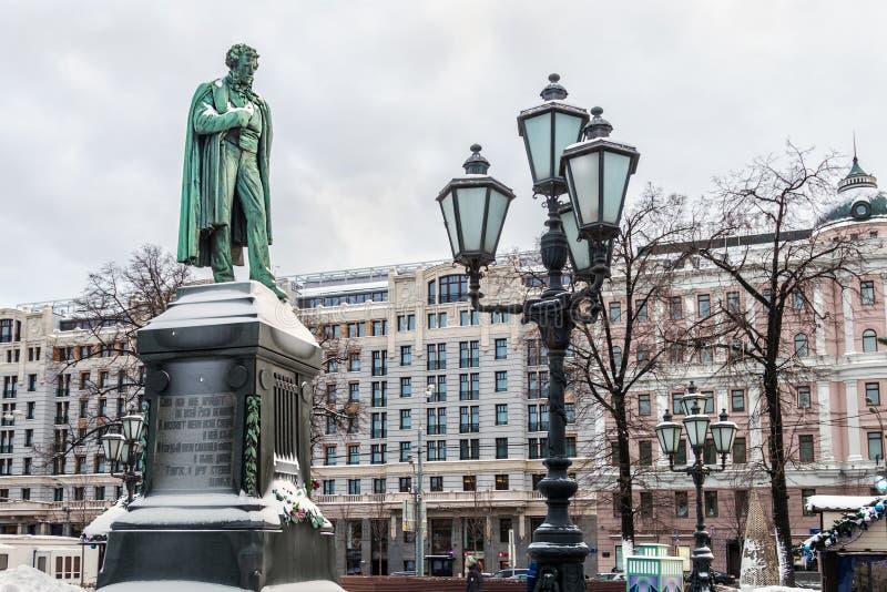 Monument till rysspoeten Alexander Pushkin i den Pushkin fyrkanten royaltyfria foton