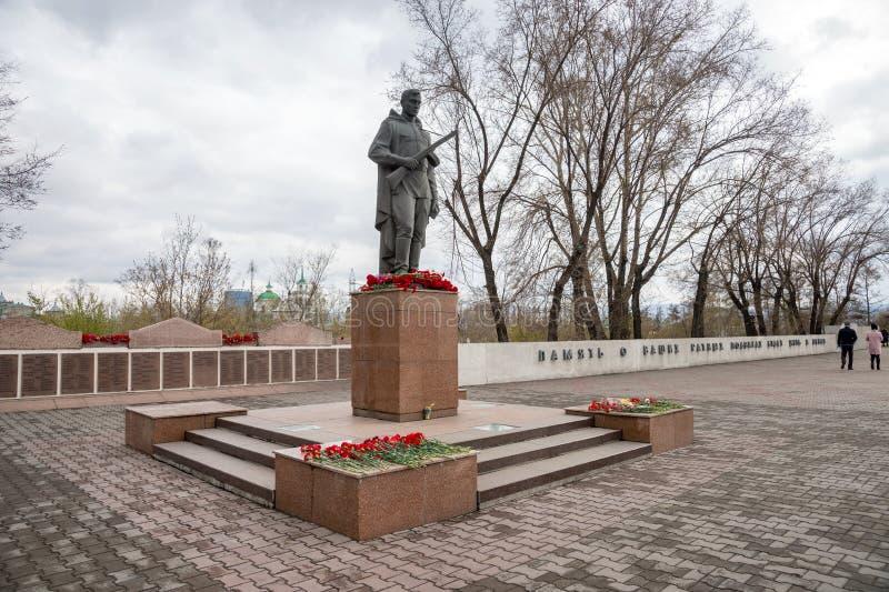 Monument till soldater av WWIIEN Alesha nära Victory Memorial i den Krasnoyarsk staden under berömmen av Victory Day fotografering för bildbyråer
