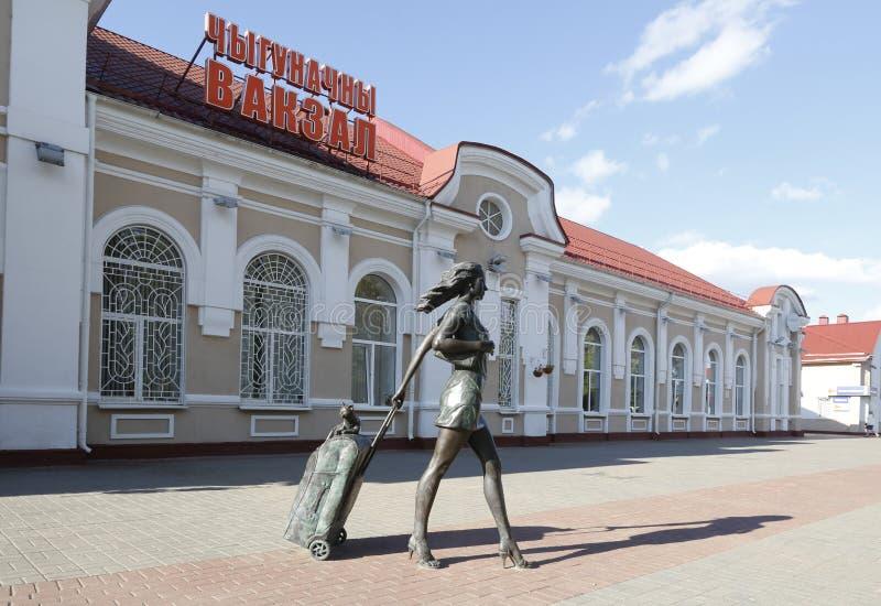 Monument till turisten, järnvägsstation Molodechno, Vitryssland royaltyfri fotografi