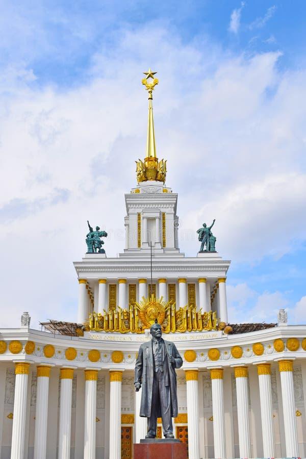 Monument till Vladimir Ilyich Lenin Ulyanov Huvudsaklig paviljong för nummer ett VDNH Moskva, Ryssland arkivfoton