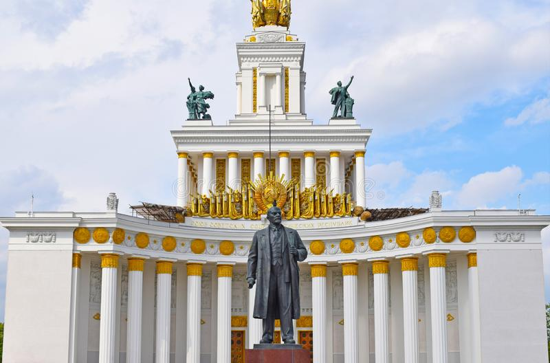 Monument till Vladimir Ilyich Lenin Ulyanov Huvudsaklig paviljong för nummer ett VDNH Moskva, Ryssland arkivbild
