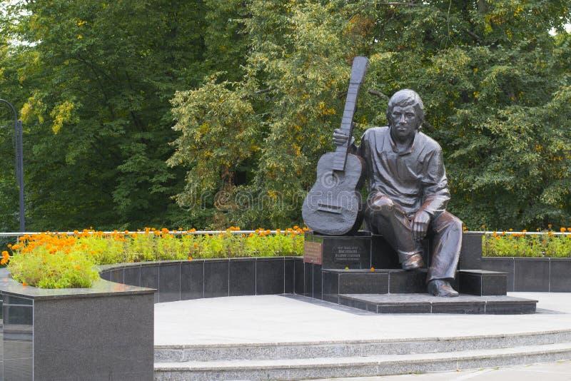 Monument till Vladimir Vysotsky, sångare, poet, skådespelare i den Kaliningrad Central Park royaltyfri fotografi