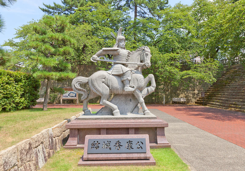 Monument till Yuki Hideyasu i den Fukui slotten, Japan arkivfoto