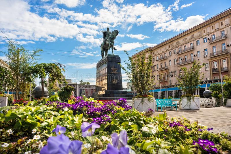 Monument till Yuri Dolgoruky i fyrkanten framme av byggnaden av regeringen av Moskva royaltyfri bild