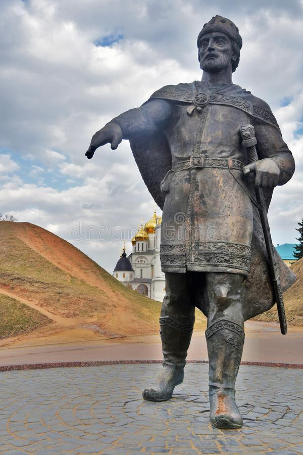 Monument till Yuri Dolgoruky Kreml i Dmitrov, forntida stad i Moskvaregion arkivbilder