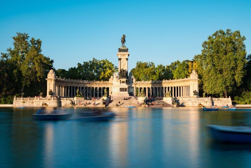 Monument und Treppe bei Parque Del Retiro in Madrid lizenzfreies stockfoto