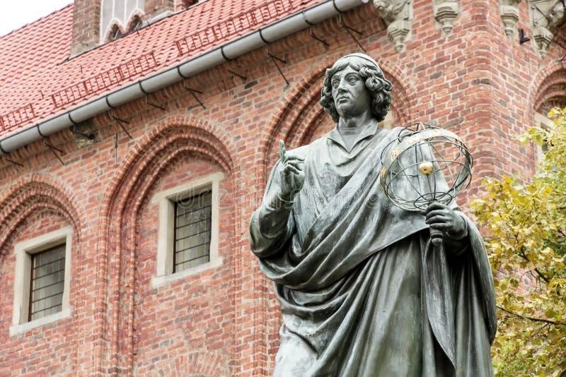 Monument van Copernicus tegen Stadhuis in Torun. stock fotografie