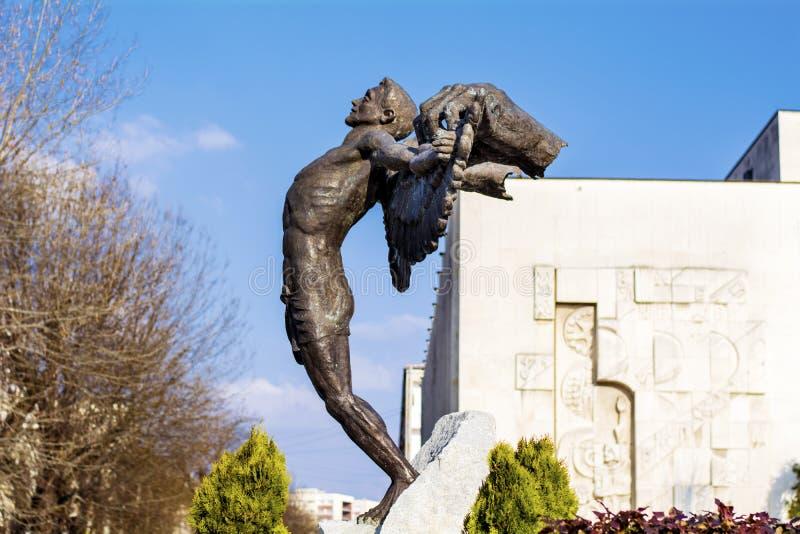Monument van de mens met wapens uitgestrekt op het belangrijkste vierkant in Hascovo, Bulgarije stock foto's