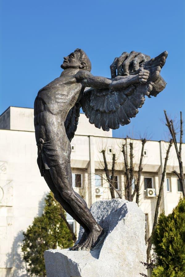 Monument van de mens met wapens uitgestrekt op het belangrijkste vierkant in Hascovo, Bulgarije royalty-vrije stock foto's